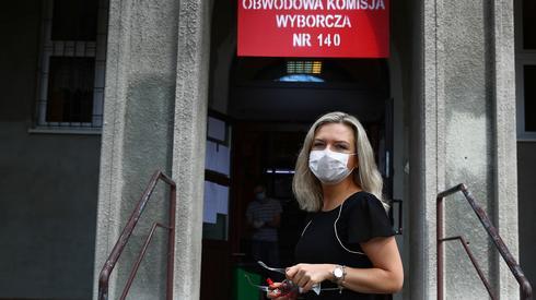 Posłanka Małgorzata Wassermann w drodze do jednego z lokali wyborczych w Krakowie (fot. PAP/Łukasz Gągulski)