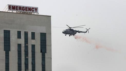 Helikopter indyjskich sił powietrznych rozrzuca kwiaty nad New Delhi, aby oddać hołd pracownikom służby zdrowia walczącym z pandemią koronawirusa / RAJAT GUPTA, fot. PAP