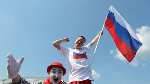 Fani z Rosji wierzą, że ich reprezentacja pokona Urugwaj i wygra rywalizację w grupie A (fot. PAP/EPA)
