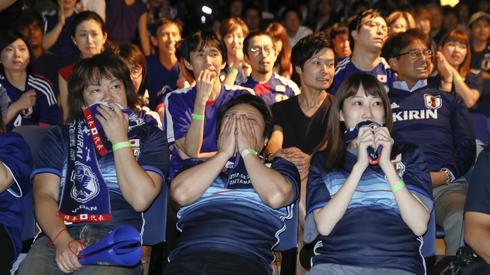 Japońscy fani w strefie kibica w Tokio nie mogli uwierzyć w to, co wydarzyło się w ostatnich sekundach meczu z Belgią (fot. PAP/EPA)