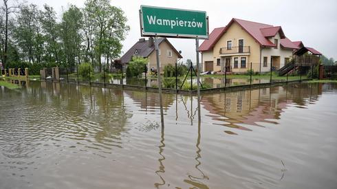 Podtopienia w Wampierzowie koło Mielca/ fot. Darek Delmanowicz, PAP