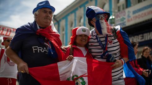 Francja zagra dziś z Peru, a jak widać na zdjęciach - kibice obu reprezentacji doskonale bawią się razem w Jekaterynburgu, gdzie zostanie rozegrane spotkanie (fot. PAP/EPA)