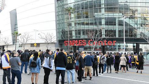 Tłumy w i przed halą Staples Center
