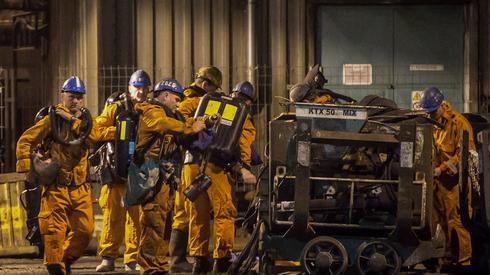 Ratownicy w Karwinie podczas przygotowywania sprzętu/ fot. EPA/LUKAS KABON