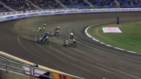 Mateusz Szczepaniak (kask niebieski) zaprezentował bardzo widowiskową jazdę w wyścigu ósmym