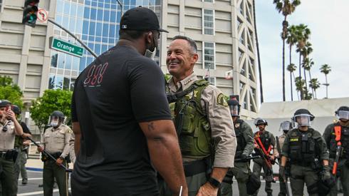 Szeryf hrabstwa Riverside Chad Bianco rozmawia z demonstrantami, fot. Dylan Stewart, PAP