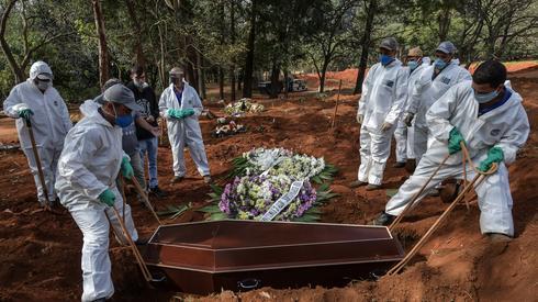 Pogrzeb na przedmieściach Sao Paulo osoby, która zmarła na COVID-19. Fot. NELSON ALMEIDA / AFP