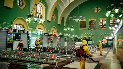 Dezynfekcja moskiewskiego dworca kolejowego. Fot. Dimitar DILKOFF / AFP