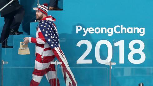 Amerykański kibic podczas finału curlingu. Autor: PAP/EPA/JAVIER ETXEZARRETA