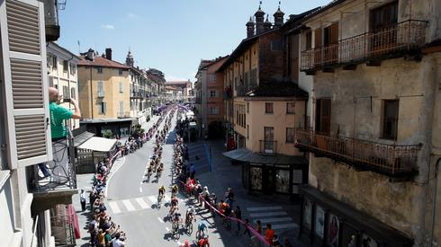 Kolarze przejeżdżali dziś ulicami miasta Saluzzo