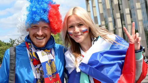 Do meczu pozostały już niecałe 3 godziny, pod stadionem Łużniki coraz więcej rosyjskich kibiców (fot. PAP/EPA)
