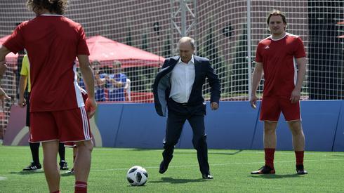 Mundialowe szaleństwo opanowało całą Rosję. Nawet Władimir Putin kopie piłkę (fot. PAP/EPA)