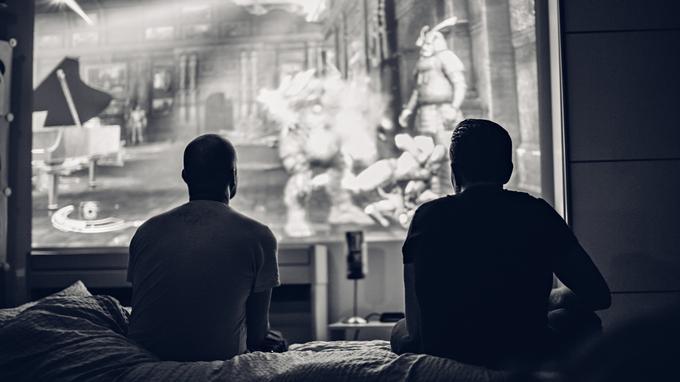 Dwie osoby przed dużym telewizorem