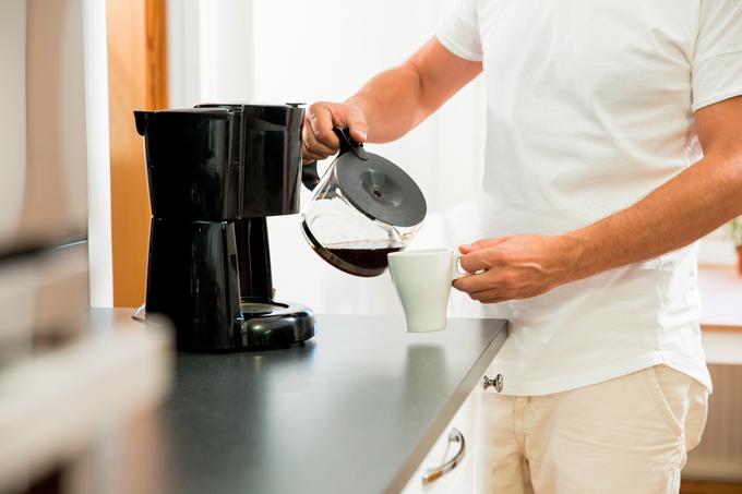 Nalewanie kawy z ekspresu przelewowego