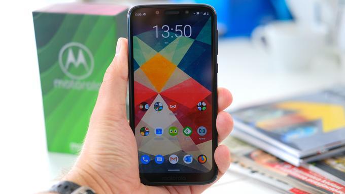 Moto G7 Play w dłoni