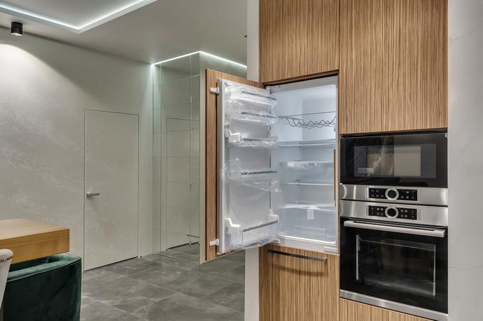 Otwarta lodówka do zabudowy