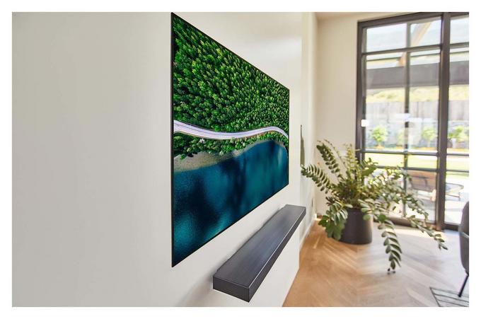 Telewizor LG OLED WX na ścianie