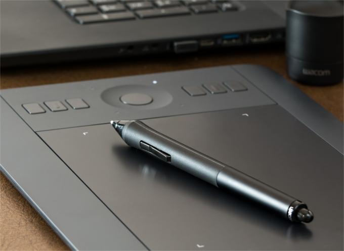 Tablet graficzny na blacie