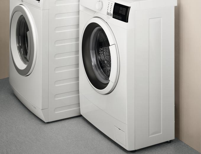 Pralka slim na tle pralki klasycznych rozmiarów
