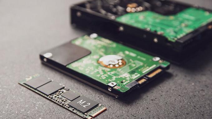 Dysk SSD M.2 obok tradycyjnych dysków twardych.