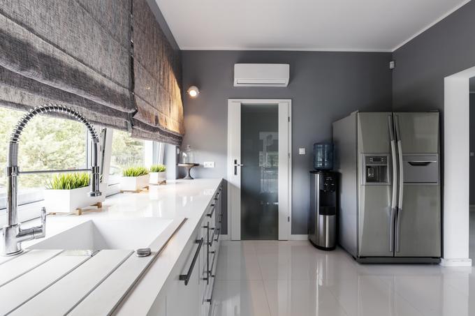 Dwudrzwiowa lodówka side-by-side w nowoczesnej kuchni