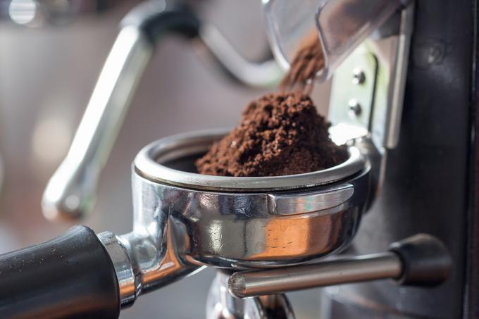 Nasypywanie kawy do ekspresu kolbowego