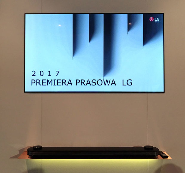 LG-OLED-Picture-on-wall-02
