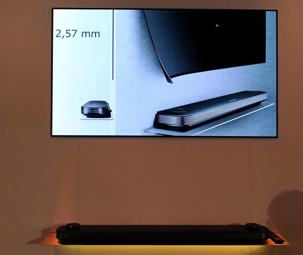 LG-OLED-Picture-on-wall-08