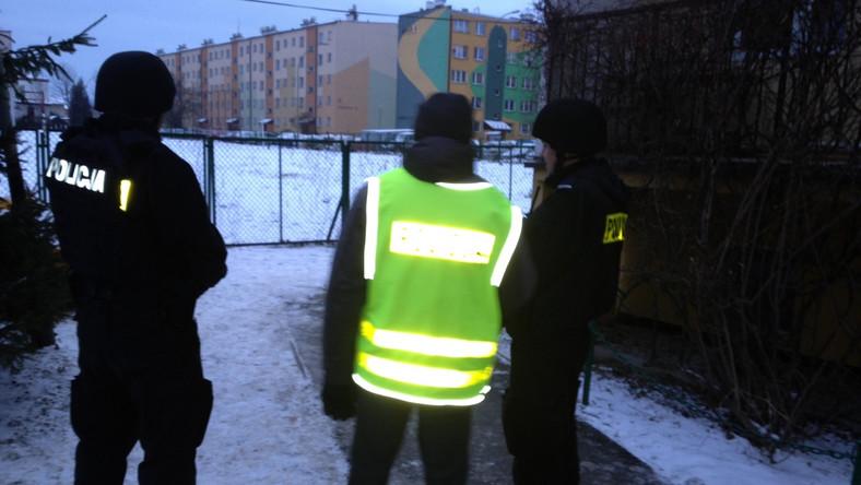 Policjanci obserwują blok, w którym ukrywa się bandyta