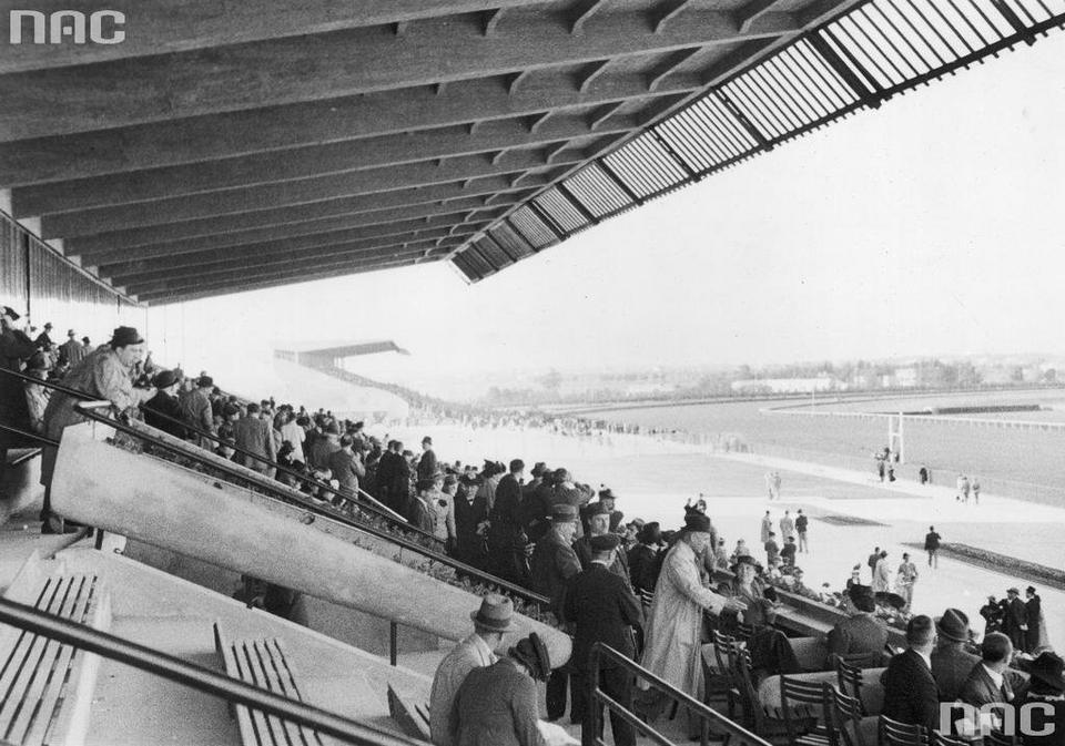 Kibice na głównej trybunie Toru Wyścigów Konnych na Służewcu, 1939 r.