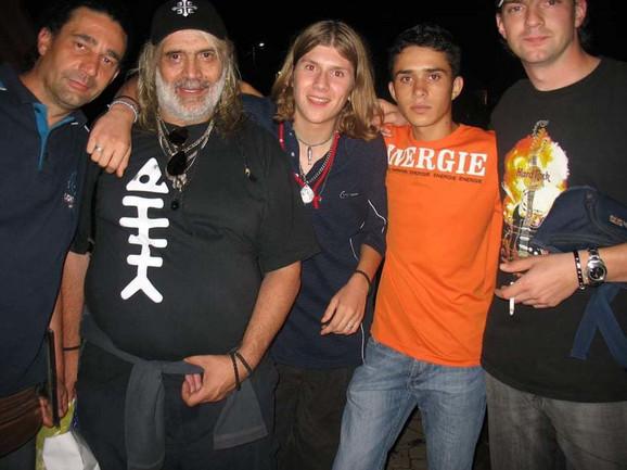 Milan kao srednjoškolac sa drugarima i Borom Đorđevićem na nastupu  Riblje Čorbe