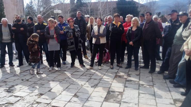 449146_nis03-mestani-gadzinog-hana--protestuju-ispred-opstine-foto-goran-mancic