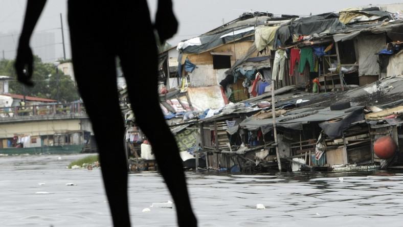Nabrzeże w Manili. Okolica, w której wirusy dengi rozprzestrzeniają się bardzo łatwo