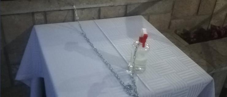 sredstvo za suvo pranje ruku vezano lancem