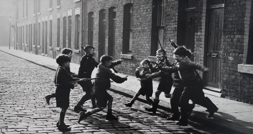 Dzieci bawiące się w indian i kowbojów, Salford, 1957 r.