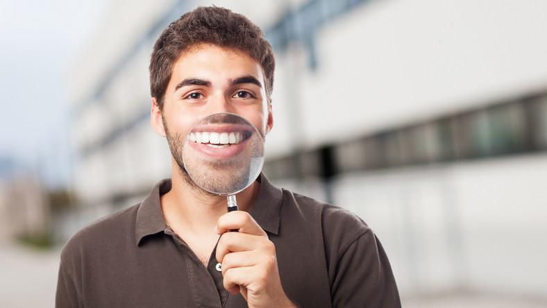 Zanim sięgniesz po preparaty wybielające zęby albo umówisz się na zabieg wybielania zębów w gabinecie dentystycznym, wprowadź do diety produkty, które mają właściwości wybielające