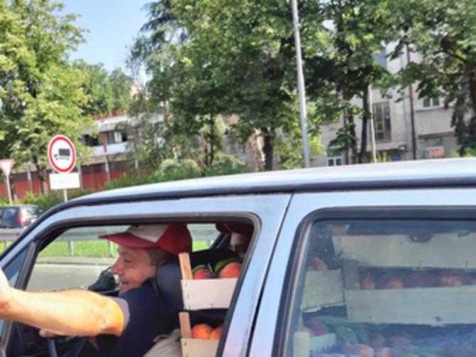 Danas se u Beogradu na Gazeli usred špica desila NAJDIVNIJA PRIČA: Otvorio je prozor, ispružio ruku i oduševićete se kad vidite ŠTA DRŽI U NJOJ