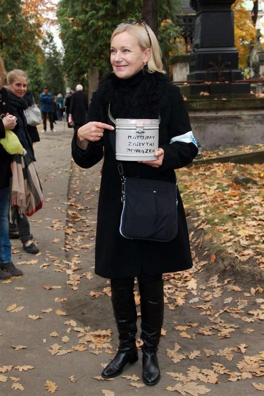Znani kwestowali na Powązkach. FILM/FOTO