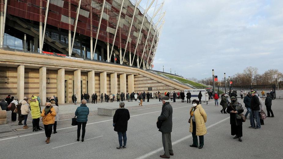 We wtorek przed Stadionem Narodowym ustawiła się długa kolejka do punktu szczepień