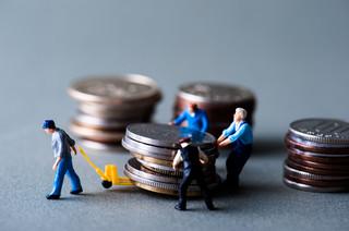 Komornik potrąca pracownikowi 3/5 pensji na alimenty, a sąd 15 proc. na cel społeczny. Jak pracodawca ma to obliczyć?