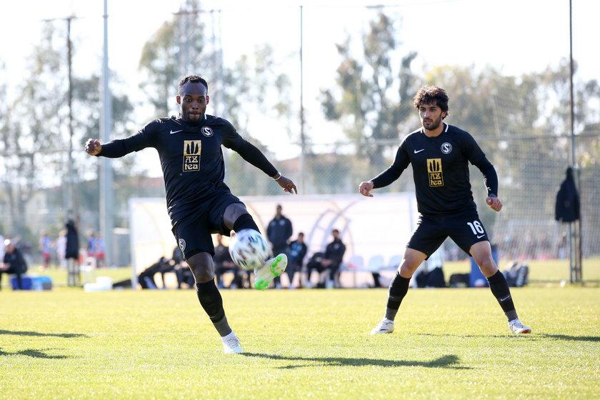 Występuje teraz w ostatnim zespole ligi azerskiej, który ledwo poradził sobie z rezerwowym składem Korony.