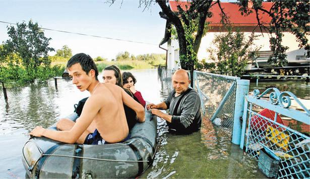 Hieronim Herczak ewkuuje rodzinę z zatopionego domu w Mielcu Fot. Krzysztof Koch/Agencja Gazeta