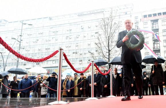 Predsednik OKS Božidar Maljković polaže lovorov venac na spomen ploču