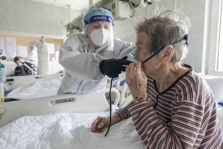 Korona virus stari penzioneri kiseonik bolnica lečenje pokrivalica