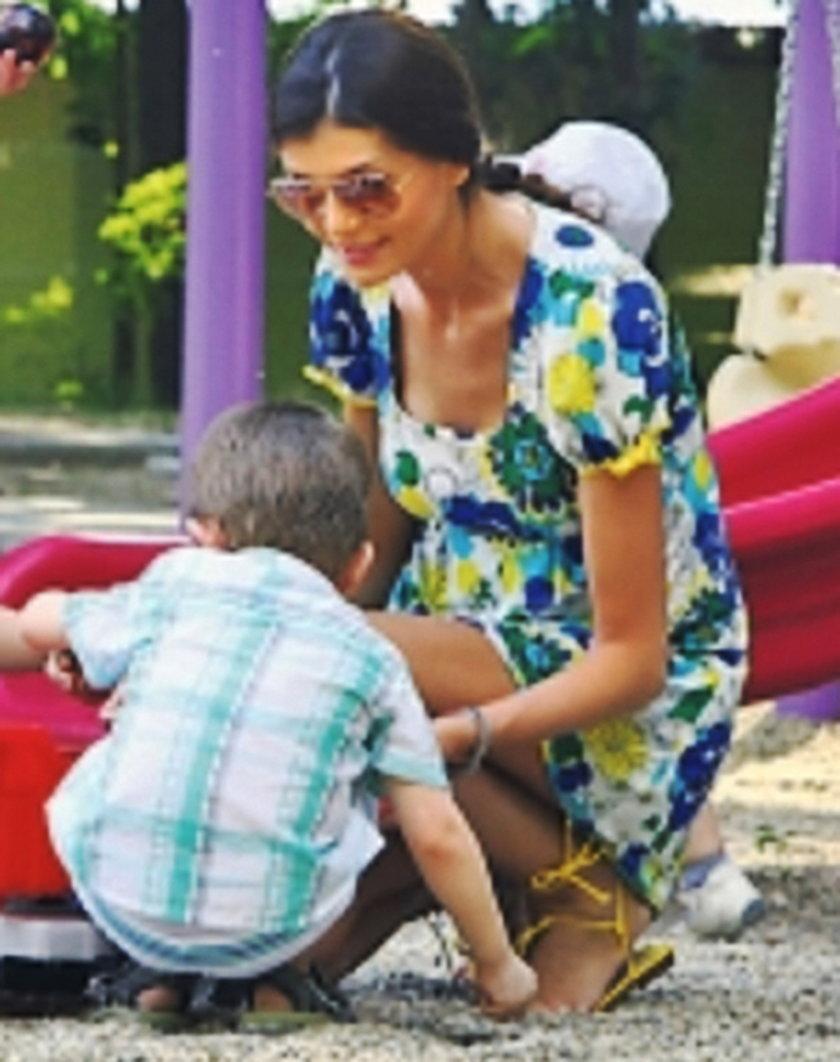 Rumunka i wybrane przez nią do adopcji dziecko
