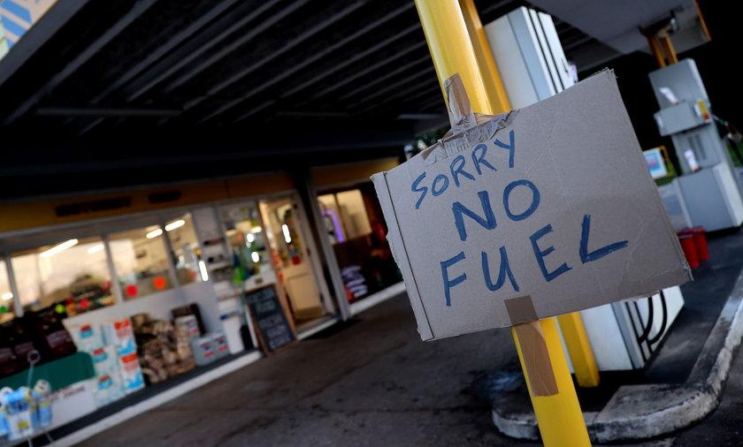 """Tektura z napisem """"Przepraszamy, ale zabrakło paliwa"""" na stacji w Rothley, Leicestershire, 25 września 2021."""