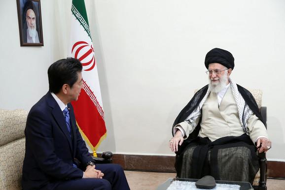 Abe i ajatolah Ali Hamenei