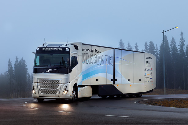 Autonomiczne ciężarówki z roku na rok zyskują coraz większą liczbę zwolenników. Rośnie także grono producentów pojazdów, którzy pojazdy sterowane przez inteligentne oprogramowanie postrzegają jako przyszłość i wielką nadzieję całej branży transportu drogowego. Wśród nich znalazło się Volvo Trucks, które na torze wyścigowym Slovakia Ring zaprezentowało niedawno najnowsze prototypy ciężarówek, poruszających się w tzw. platooningu. To sposób jazdy połączonych ze sobą elektronicznie zestawów drogowych, które podążają jeden za drugim w niewielkich odległościach, utrzymując wzajemną łączność i wymieniając dane. Ciężarówki synchronicznie przyspieszają, hamują i skręcają, zgodnie z ruchem pojazdu prowadzącego konwój. - Podczas testów na Słowacji inżynierowie Volvo Trucks pokazali, jak kilkudziesięciotonowy zestaw radzi sobie w czasie jazdy bez człowieka na pokładzie. W bezpiecznych i komfortowych warunkach kierowcy ćwiczyli hamowanie, manewrowanie i przyspieszanie w konwoju, który docelowo w tej formie będzie się poruszał po drogach całej Europy – mówił Wilhelm Rożewski, manager marketingu i komunikacji w Volvo Trucks Poland.