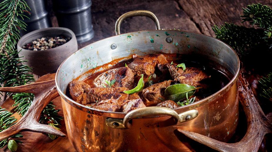 W kociołku myśliwskim można przygotować dania nie tylko z dziczyzny  - exclusive-design/stock.adobe.com