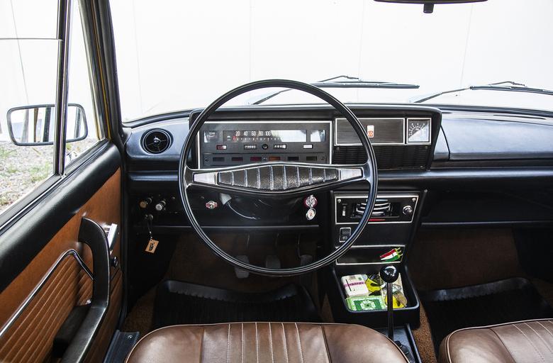 Taśmowy prędkościomierz został w 125p zastąpiony zegarami dopiero pod koniec produkcji, w 1988 roku.  Po modernizacji Fiata w 1975 roku pojawiły się m.in. obrotomierz  i zagłówki.